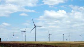Grüne Wiese mit beweglichen Windkraftanlagen stock video footage