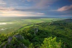 Grüne Wiese- und Sturmwolke lizenzfreies stockfoto