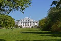Grüne Wiese vor dem Palast im Park Stockbild