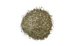 Grüne wohlschmeckende Mischung oder Chubritsa-Haufen lokalisiert auf weißem Hintergrund Beschneidungspfad eingeschlossen stockfotografie
