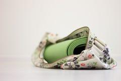 Grüne Yogamatte in der Tasche Lizenzfreie Stockbilder