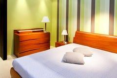 Grüne Zeile des Schlafzimmers lizenzfreies stockfoto