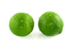 Grüne Zitrone mit Tröpfchen Stockbilder