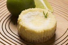 grüne Zitrone scharf und tadellos auf hölzernem Hintergrund stockbild