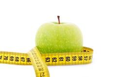 Grünen Sie Apfel mit gelbem messendem Band Lizenzfreie Stockbilder