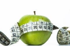 Grünen Sie Apfel und messendes Band lizenzfreie stockfotos