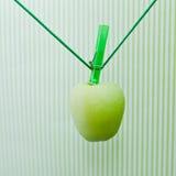 Grünen Sie den Apfel, der am Seil hängt Stockfotografie