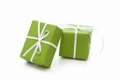 Grünen Sie die lokalisierten giftboxes, die mit weißem Band für Weihnachten gebunden werden Lizenzfreie Stockfotos