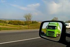 Grünen Sie, ein beweglicher LKW in der Reflexion des verbundenen Spiegels Lizenzfreie Stockfotografie