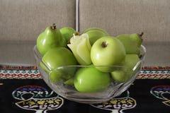 Grünen Sie Früchte über einem portugiesischen Placemat Lizenzfreies Stockfoto