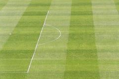 Grünen Sie Fußball/Fußballplatz Lizenzfreie Stockbilder