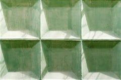 Grünen Sie gemalte Betonmauerbeschaffenheit mit geschädigter und verkratzter Oberfläche entziehen Sie Hintergrund Lizenzfreie Stockfotos