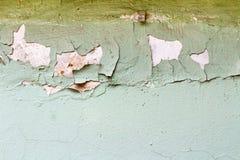 Grünen Sie gemalte Betonmauerbeschaffenheit mit geschädigter und verkratzter Oberfläche entziehen Sie Hintergrund Stockfotografie
