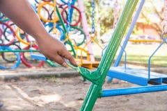 Grünen Sie gemalten Stahl, das Malen des Kindes spielend im Freien, Gemeinschaft Lizenzfreie Stockbilder