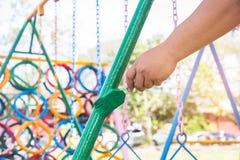 Grünen Sie gemalten Stahl, das Malen des Kindes spielend im Freien, Gemeinschaft Stockfotografie