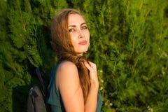 Grünen Sie gemustertes tragendes zusammenpassendes farbiges Kleid des Mädchenporträts Stockbild