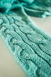 Grünen Sie gestrickten Strickjackenbeschaffenheitshintergrund, Strickjackenärmel, Musterdetail stockbild