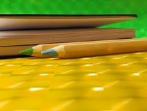 Grünen Sie und zensiert und Notizbuch auf gelber Tabelle Lizenzfreies Stockbild