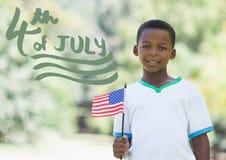 Grünen Sie Viertel von Juli-Grafik nahe bei dem Jungen, der amerikanische Flagge hält Stockbild