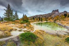Grüner alpiner See mit hohen Spitzen im Hintergrund, Dolomit, Italien Stockfotos