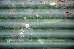 Grüner alter verrosteter Metallzaun Stockbilder