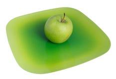 Grüner Apfel auf einer Platte Stockbild
