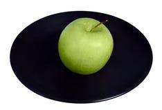 Grüner Apfel auf einer Platte Lizenzfreies Stockfoto