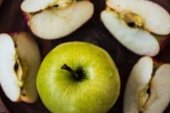 Grüner Apfel auf einer Platte und einem slazed Apfel Lizenzfreies Stockfoto