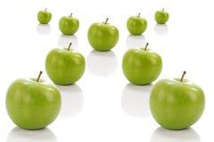 Grüner Apfel in der Querstellung Stockbilder