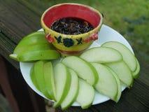 Grüner Apfel der Scheiben mit Dip Lizenzfreie Stockfotografie