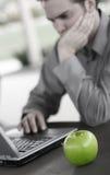 Grüner Apfel des Erfolgs lizenzfreie stockbilder