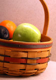Grüner Apfel im Korb Lizenzfreie Stockfotografie