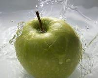 Grüner Apfel im Wasser Stockfotos