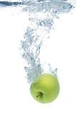 Grüner Apfel im Wasser Stockbilder