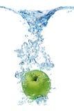 Grüner Apfel im Wasser Lizenzfreies Stockbild