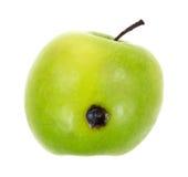 Grüner Apfel mit Bandfehlstelle Lizenzfreies Stockfoto