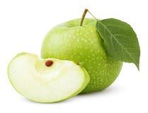 Grüner Apfel mit Blatt und Scheibe lokalisiert auf einem Weiß Stockbild