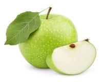 Grüner Apfel mit Blatt und Scheibe lokalisiert auf einem Weiß Lizenzfreie Stockfotos