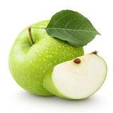 Grüner Apfel mit Blatt und Scheibe lokalisiert auf einem Weiß