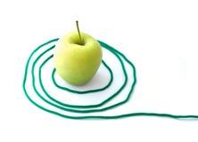 Grüner Apfel mit einem Seil Stockfoto