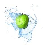 Grüner Apfel mit großem Spritzen des Wassers Stockbild