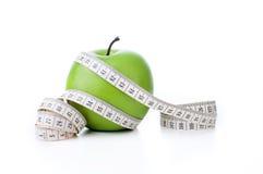 Grüner Apfel mit messendem Band Stockfotos