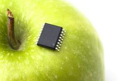 Grüner Apfel mit Mikrochip Stockfoto