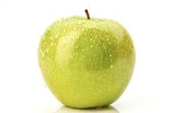 Grüner Apfel mit Tröpfchen auf Weiß Stockbilder