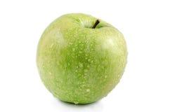 Grüner Apfel mit Wasser fällt auf einen weißen Hintergrund Stockfotos