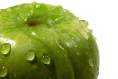 Grüner Apfel mit Wassertropfen Stockbilder