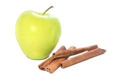 Grüner Apfel mit Zimtstangen Stockfoto