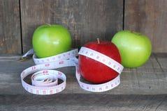 Grüner Apfel, roter Apfel Frucht-Diätkonzept auf einem Bretterboden lizenzfreies stockbild