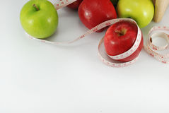 Grüner Apfel, roter Apfel Konzeptdiät auf einem Bretterboden stockfotos