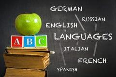 Grüner Apfel und ABC auf Lehrbüchern stockbild